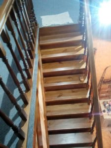 Лестница из натцральных материалов